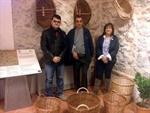 La alcaldesa y el concejal de cultura rodean al artesano Alexandru