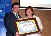 Paula Fernández, consejera de Industria, Energía y Medio Ambiente, entrega el premio a Eugenio Elipe Muñoz, presidente de la Asociación Alto Guadiana Mancha