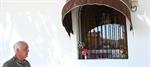 El concejal de Festejos frente a la ermita de la Virgen del Carmen, en Arenas de San Juan/el día digital