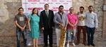 La alcaldesa junto a profesores y patrocinador