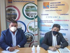 Pedro Antonio Palomo (presidente de Alto Guadiana Mancha) firma el contrato para el proyecto en Daimiel con su alcalde, Leopoldo Sierra