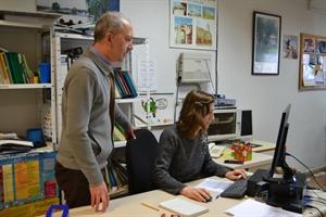 Imagen de archivo: Gerente y técnico trabajando en la sede de la Asociación en Daimiel