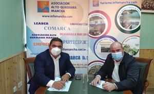 Pedro Antonio Palomo (presidente de Alto Guadiana Mancha) firma el contrato para el proyecto en Llanos del Caudillo con su alcalde, Andrés Arroyo