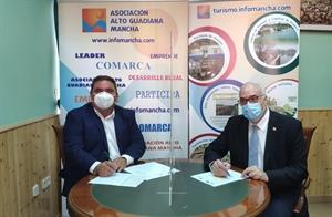 Pedro Antonio Palomo (presidente de Alto Guadiana Mancha) firmando el contrato para el proyecto de Manzanares con el alcalde, Julián Nieva