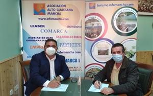 Pedro Antonio Palomo (presidente de Alto Guadiana Mancha) firma el contrato con el alcalde de San Carlos del Valle, José Torres