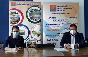 La promotora Mercedes Parra y el presidente de Alto Guadiana Mancha, Pedro Antonio Palomo durante la firma de los contratos en Manzanares
