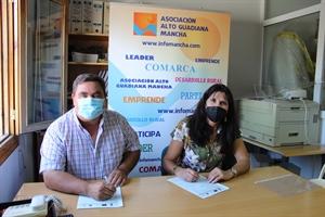 Firma del presidente, Pedro Antonio Palomo, con alcalde de Rudiera, Josefa Moreno