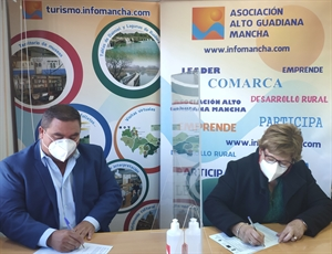 Pedro Antonio Palomo (presidente de Alto Guadiana Mancha) firma el contrato para el proyecto en Puerto Lápiece con su alcaldesa, Rosa Requena
