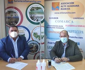 Pedro Antonio Palomo (presidente de Alto Guadiana Mancha) firma el contrato para el proyecto en Villarrubia de los Ojos con su alcalde, Miguel Ángel Famoso