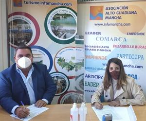 Pedro Antonio Palomo (presidente de Alto Guadiana Mancha) firma el contrato para el proyecto en Villarta de San Juan con su alcaldesa, Irene Ruiz Camacho